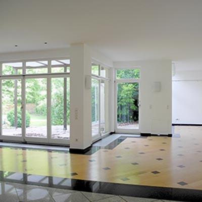 Wohn-/Essbereich mit vorgelagerter Terrasse und sonnigem Garten - Englischer Garten. Villa. Schwabing Bach.